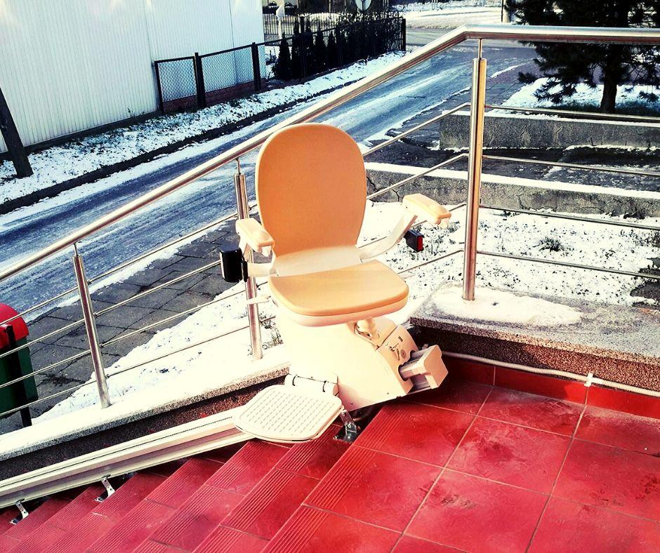 Krzesełko schodowe – sposób na zapewnienie seniorowi bezpieczeństwa na oblodzonych schodach