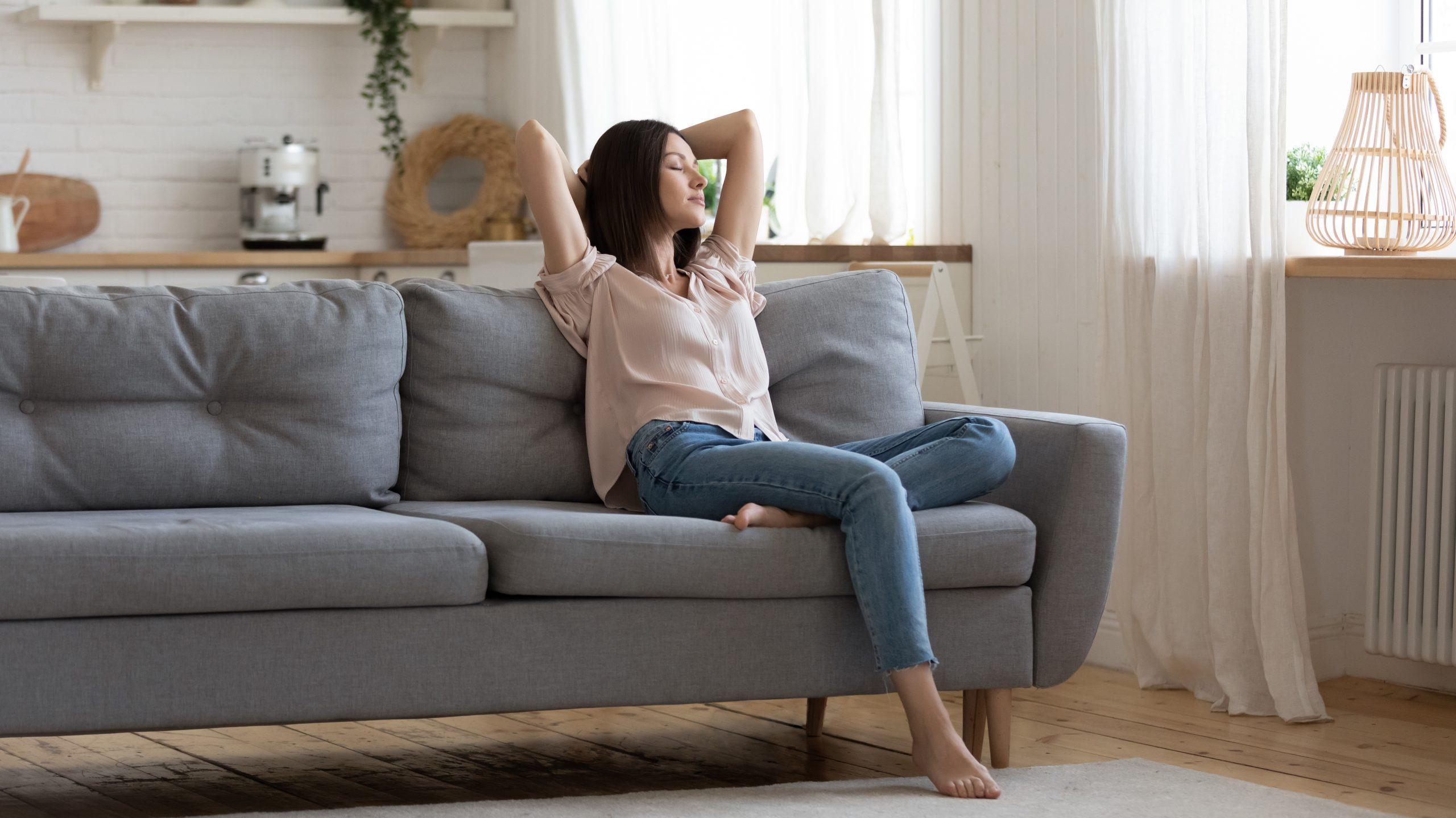 Sofa do salonu, a może kanapa - jak wybrać odpowiedni mebel?