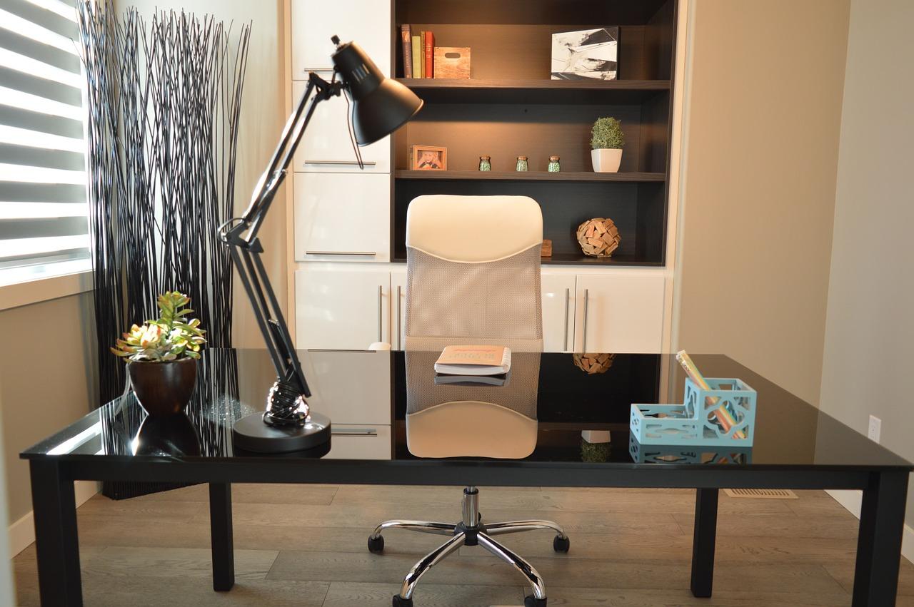 Jak wybrać wygodne i funkcjonalne krzesło obrotowe do biurka?