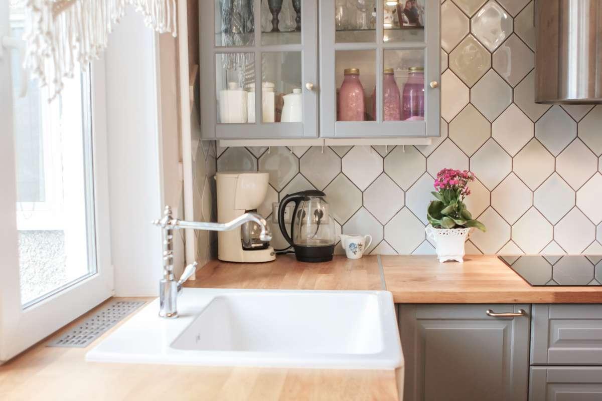 Sprawdź, jak przy pomocy płytek wprowadzić do kuchni odrobinę przytulności