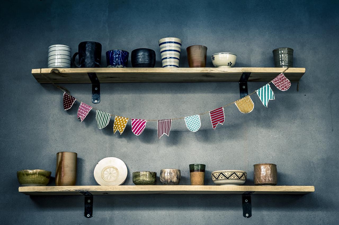 Półka wisząca na ścianę – praktyczny mebel do każdego pomieszczenia