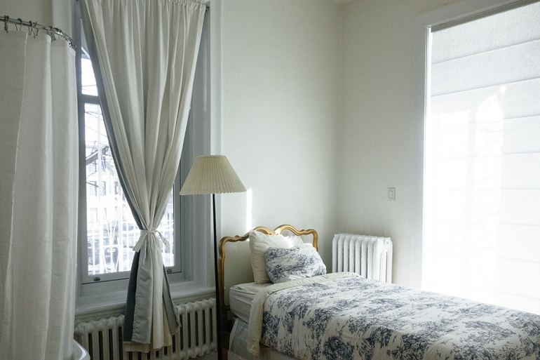 Lampa podłogowa do sypialni – jak dobrać kolor, konstrukcję i światło?